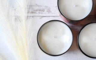 3 otända ljus på vitt underlag